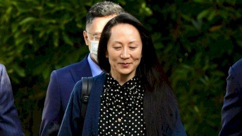 المدير المالي لمجموعة هواوي مينغ وانتشو تغادر منزلها في فانكوفر لحضور جلسة تسليم المجرمين. في 24 أيلول/سبتمبر 2021، في فانكوفر، كندا.