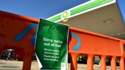لافتة خارج محطة وقود BP في هيلدينبورو، جنوب شرق إنكلترا، تشير إلى أن المحطة مغلقة بسبب نقص الوقود. الجمعة في 24 أيلول/ سبتمبر 2021.