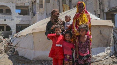 عائلة يمنية في مخيم الضالع للنازحين.