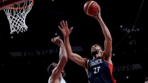 محاولة للفرنسي رودي غوبير (يمين) بمواجهة العملاق الإيراني حامد هدادي في مسابقة كرة السلة خلال أولمبياد طوكيو، سايتاما في 31 تموز/يوليو 2021