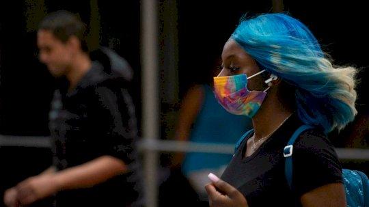 عادت أقنعة الوجه للظهور في عدد من المدن حول العالم حيث أدى متغير دلتا إلى ارتفاع الإصابات بفيروس كورونا