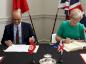 السفيرة البريطانية ونظيرها التونسي يوقعان الاتفاقية