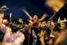 متظاهرون في مدينة طرابلس في شمال لبنان يهتفون خلال اعتصامهم ليلًا في ساحة النور في 22 أكتوبر 2019 في وقت تعمّ التظاهرات البلاد مطالبة برحيل الطبقة السياسية