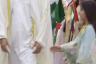 الطفلة عائشة عندما مدت يدها لمصافحة محمد بن زايد