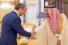 الملك سلمان مستقبلا وزير الخارجية البريطاني في مارس