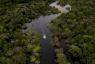 سفينة صغيرة في منطقة كاراوري عند نهر جوروا أحد متفرعات الأمازون في البرازيل